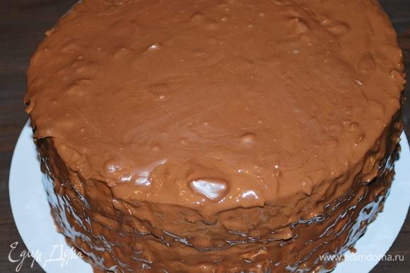 Шоколадной глазурью полила торт. Через час торт можно подавать к столу.