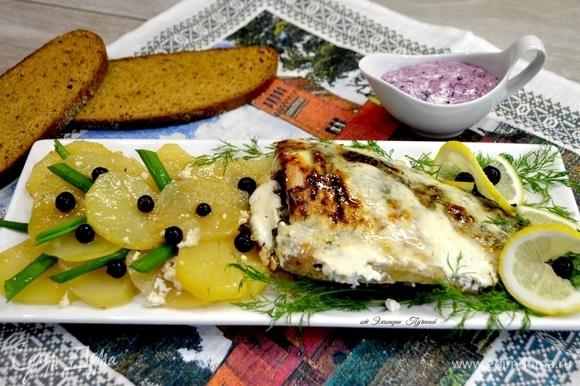 Подать блюдо с карпом и картошкой порционно. Я люблю подачу целой рыбы.