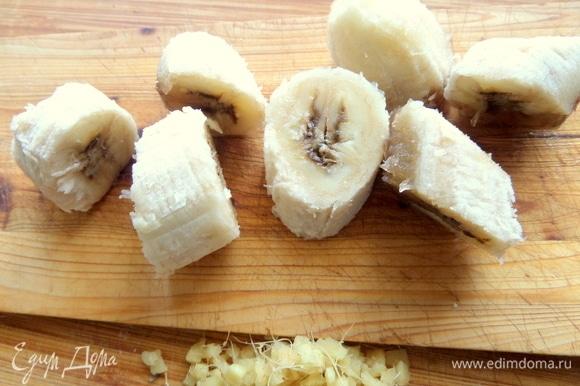 Переспелый банан нарезать.