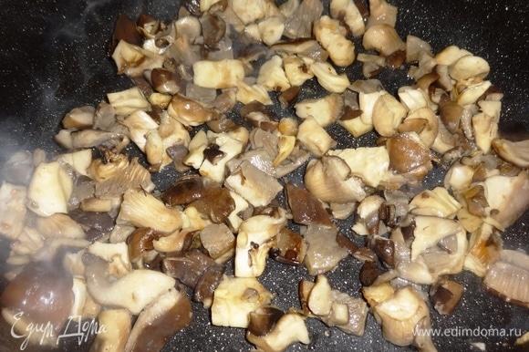 В сковороду добавить оставшееся масло, разогреть. Положить вешенки и обжарить в течение нескольких минут, помешивая. Грибы выложить в кастрюлю со свининой вместе с маслом и жидкостью.