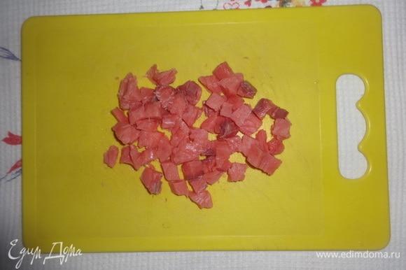 Филе слабосоленой кеты нарезать мелкими кубиками.