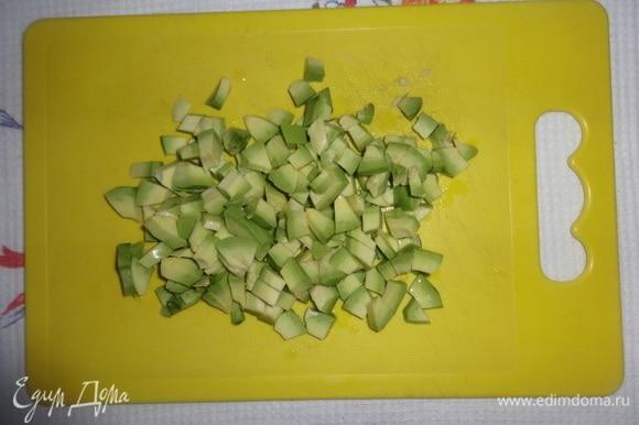 Авокадо очистить от кожуры, вынуть косточку. Нарезать авокадо мелкими кубиками, сбрызнуть лимонным соком.