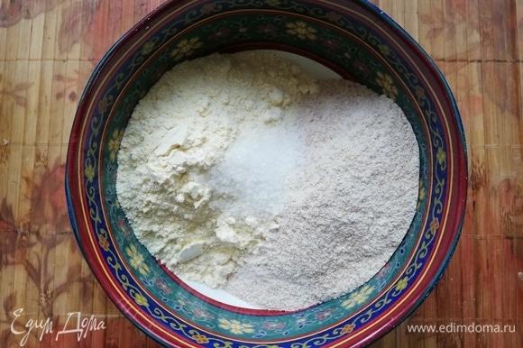 Просеять 2 вида муки в отдельную чашку. Можно экспериментировать и делать с разным видами муки (пшеничная и кукурузная, гречневая или овсяная). Добавить соль и перемешать.