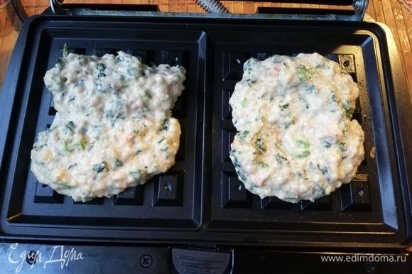 Разогреть вафельницу и выложить тесто.