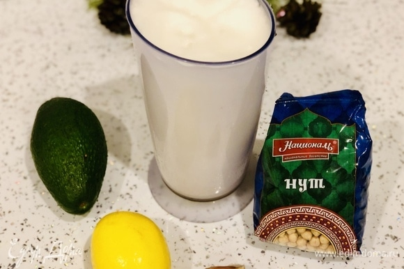Взбиваем в блендере до однородной массы авокадо (1 шт.), зубчик чеснока, 1 ч. л. лимонного сока, соль по вкусу.