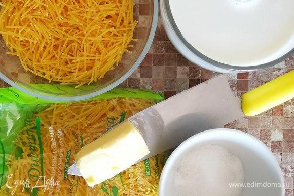 Поставить на плиту молоко. Как только оно закипит, уменьшить огонь, всыпать вермишель и сахар, положить корицу.