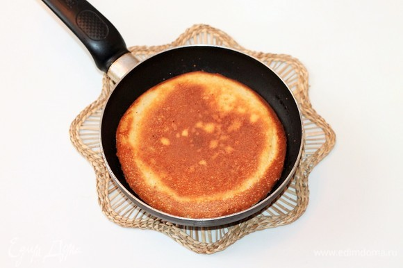 Обжаривать омлет на слабом огне под крышкой с двух сторон до готовности.