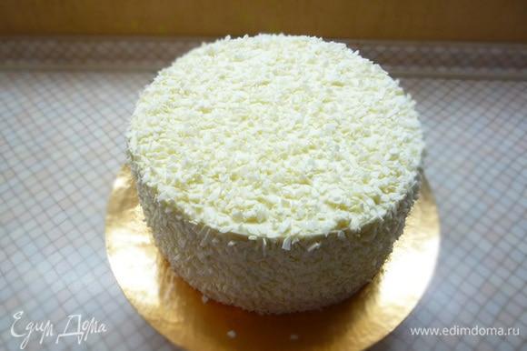 Посыпаем торт со всех сторон сколом из белого шоколада.
