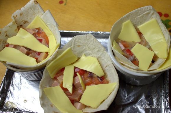 Сверху порвать пластинками сыр или посыпать тертым.