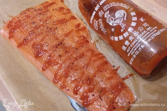 Тем временем подготовить лосось (у меня уже филе на коже). Его посолить, поперчить и смазать соусом шрирача. Сбрызнуть лимонным соком.