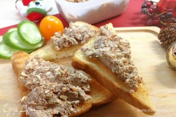 На сухой сковороде (или 5–7 минут в духовой печи) подсушить любимый вами хлеб, намазать его паштетом. Приятного аппетита! Трудно остановиться на одном тосте и даже на 2-х)