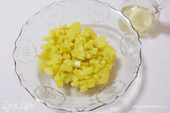 Переложить картофель в салатник, полить оставшимся оливковым маслом и белым винным уксусом.