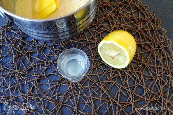 К уже почти муссу я добавила свежевыжатый сок лимона, перемешала.
