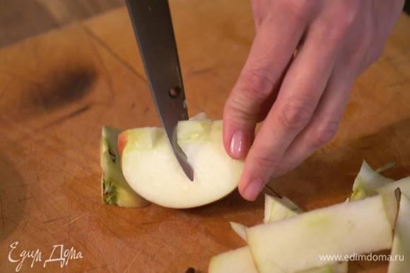 Яблоки, удалив сердцевину, нарезать небольшими дольками.