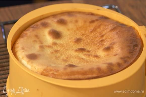 Выложить крем в форму с охлажденным коржом, разровнять и выпекать в разогретой духовке около часа до готовности, затем остудить.