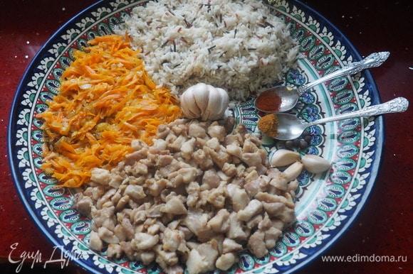 Для фарширования тыквы берем полуготовый рис, обжаренную курицу, зажарку из лука и моркови, куркуму (кари), паприку, одну головку и три зубчика чеснока (не очищаем).