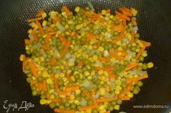 Добавить горошек и кукурузу ТМ «Фрау Марта». Жарить еще минуту. Овощи переложить шумовкой на тарелку.