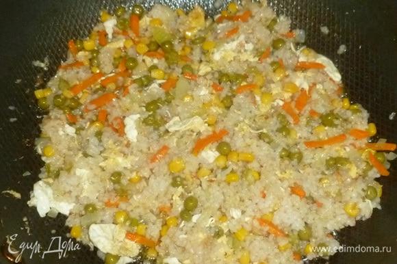 Вернуть в сковороду овощи и яйца. Жарить минуту. Сразу подавать.