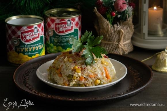 Для оригинальной подачи можно разложить рис по пиалам, а затем перевернуть на тарелку. Приятного аппетита!