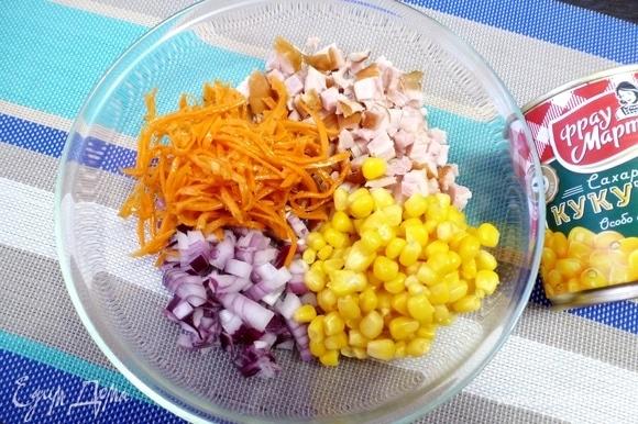 Выкладываем в салатник морковь по-корейски и кукурузу ТМ «Фрау Марта».
