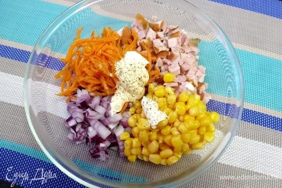 Заправить салат майонезом. Приправить перцем и солью, если нужно. Я не солю.