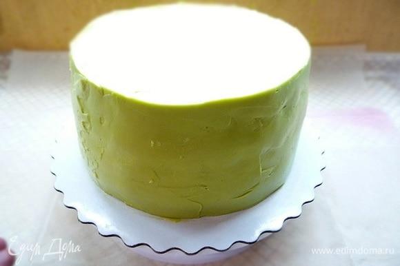 Приготовим крем для украшения. В чашке взбиваем сливочное масло с сахаром до пышной светлой массы, добавляем творожный сыр, ванилин, еще раз взбиваем, добавляем фисташковую пасту, перемешиваем и наносим на торт ровным слоем.