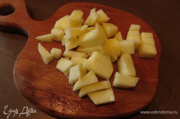 Нарезаем половинку яблока без шкурки.
