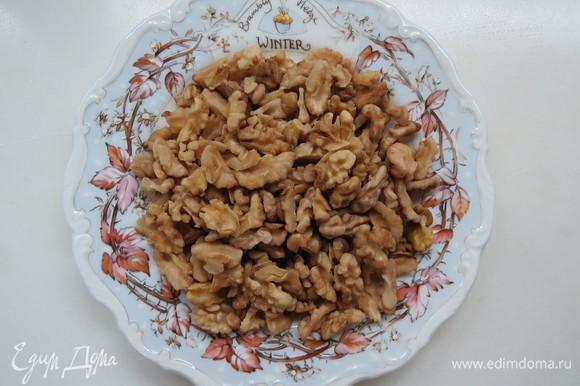 Грецкие орехи залить очень горячей водой, дать постоять. Затем очистить от шкурки, просушить в духовке и смолоть в муку.