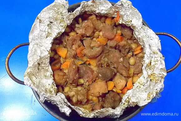 Запекать в горячей духовке при температуре 220°C в течение 25 минут, затем убавить температуру до 160°C и запекать еще 3 часа.