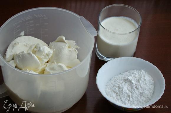 Для крема взбить сливочный сыр, холодные сливки, сахарную пудру и щепотку ванилина в пышную устойчивую массу.