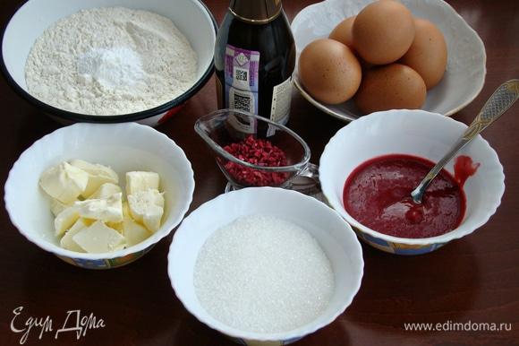 Приготовить все необходимые ингредиенты. Яйца разделить на белки и желтки. Малиновое пюре я приготовила сама, пробила блендером 150 г малины и протерла через сито.