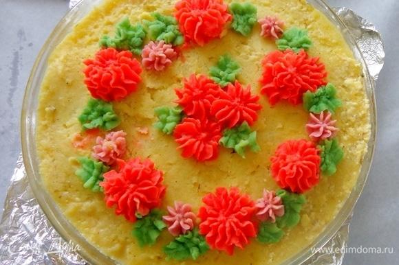Украсить сверху разноцветным пюре по своему вкусу и опять отправить в духовку минут на 15–20, чтобы пюре укрепилось.