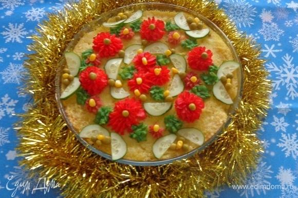 Готовое блюдо немного остудить и придать ему дополнительный шарм с помощью огурчика, кукурузы и горошка.