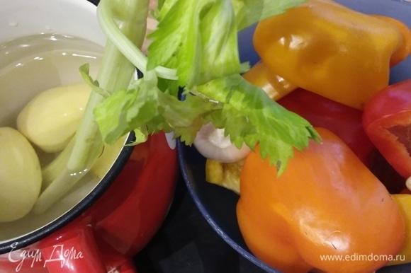 Подготовка продуктов. Овощи очистить и нарезать произвольно. Чем ярче цвета перцев, тем ярче цвет супа. Картофель понадобится крупный, 2 картофелины понадобятся позже.