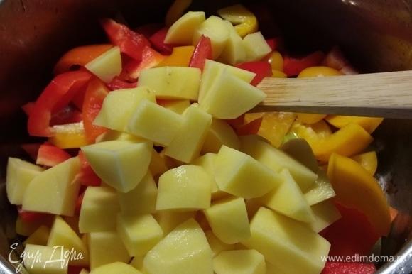 В кастрюле разогреть масло и пассеровать лук с чесноком до прозрачности. Добавить сельдерей, перец и 2 картофелины, обжарить вместе несколько минут.