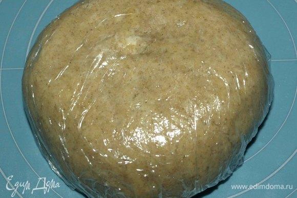 Завернуть тесто в пищевую пленку и отправить в холодильник на 30 минут.