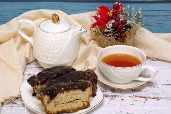Растопить шоколад на водяной бане и покрыть верх пирога. Дать застыть шоколаду.