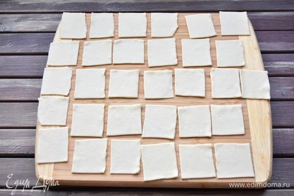 Тесту дать отдохнуть, накрыв кухонным полотенцем. Затем тесто раскатать и нарезать на квадраты 5 х 5 см.