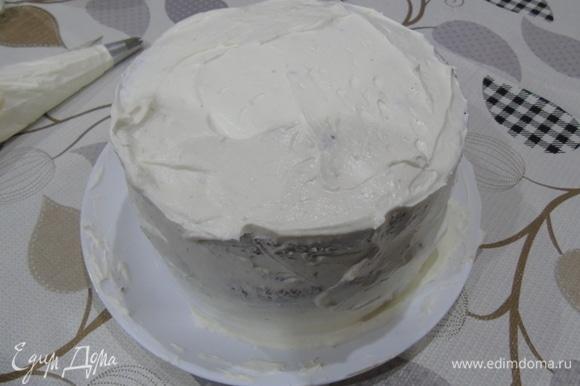 Снимаем кольцо и обмазываем весь торт кремом.