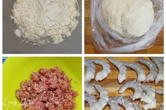 Подготовим основные ингредиенты. Я не буду подробно останавливаться на приготовлении теста. В горячую воду всыпаем соль и 1/3 часть муки, перемешиваем. Постепенно всыпаем оставшуюся муку и замешиваем крутое тесто. Убираем тесто в мешочек, пока готовим начинку. Для начинки возьмем довольно жирный фарш из свинины и креветки. Креветки я беру не вареные, очищаем их, удаляем пищевод, промываем и крупно нарезаем.