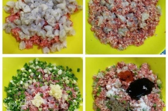 К фаршу добавляем креветки, перемешиваем, добавляем нарезанный зеленый лук и специи. Перемешиваем фарш до однородности. Начинка готова.
