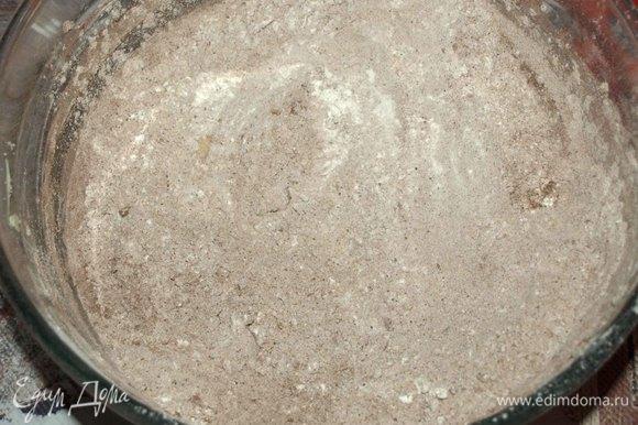 Муку просеять. Добавить соль, пряности, какао, разрыхлитель. Перемешать. Кардамон можно заменить молотой гвоздикой.
