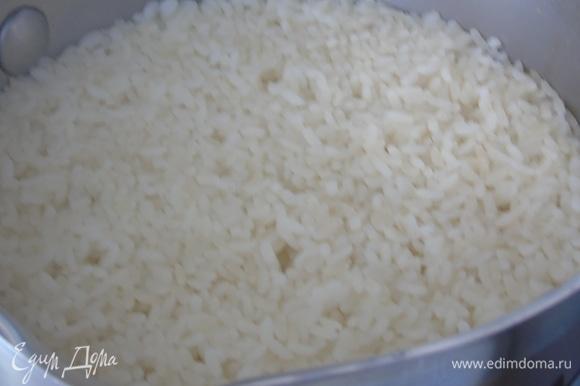 Рис отвариваем почти до готовности.
