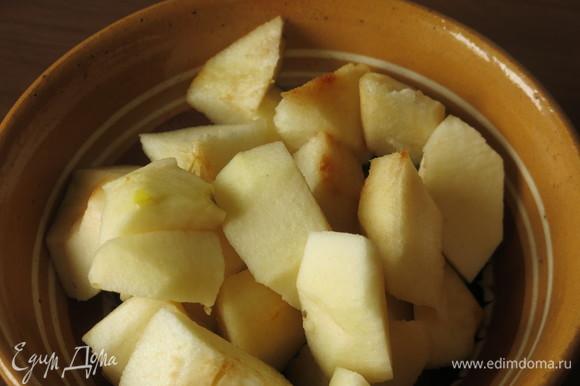 Нарезаем груши и яблоки, можно только груши.