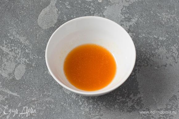 Абрикосовый джем протереть через сито, смешать с водой. Смазать им с помощью кулинарной кисти верх готового суфле и оставить его остывать в духовке.