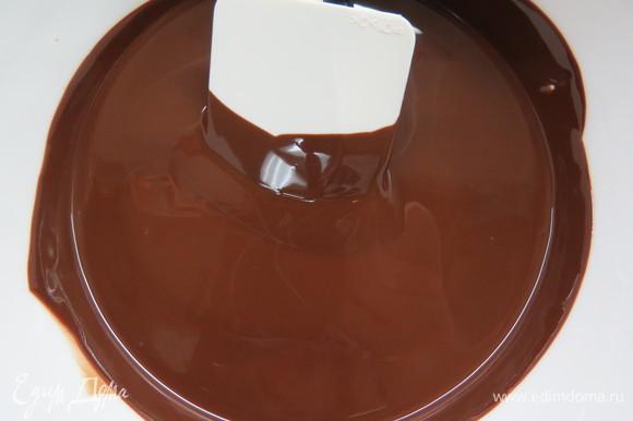 Готовим шоколадный ганаш для покрытия торта. Нагреть сливки почти до кипения, шоколад поломать и положить в кастрюльку со сливками. Подождать 2–3 минуты и энергично перемешать до однородного состояния. Накрыть пищевой пленкой и оставить стабилизироваться при комнатной температуре на несколько часов.