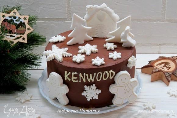 Покрываем торт шоколадным ганашем и украшаем по желанию. У меня новогодние фигурки из белого марципана.