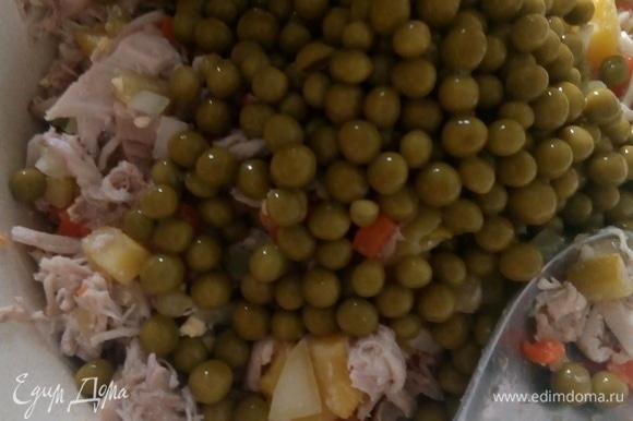 Режем вареное мясо курицы, отправляем к овощам. Банку зеленого горошка консервированного «Фрау Марта» соединяем с курицей и овощами, предварительно слив маринад.