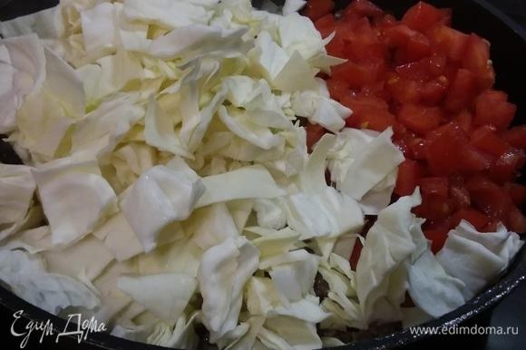 Выложить помидоры и капусту, перемешать и тушить 5 минут на среднем огне. Добавить 100–125 мл воды или бульона, вустерширский соус и 1 ст. л. муки, размешать, посолить и поперчить по вкусу.