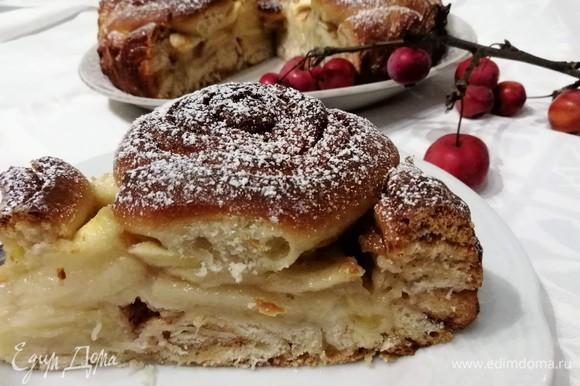 Остывший пирог по желанию посыпать сахарной пудрой.